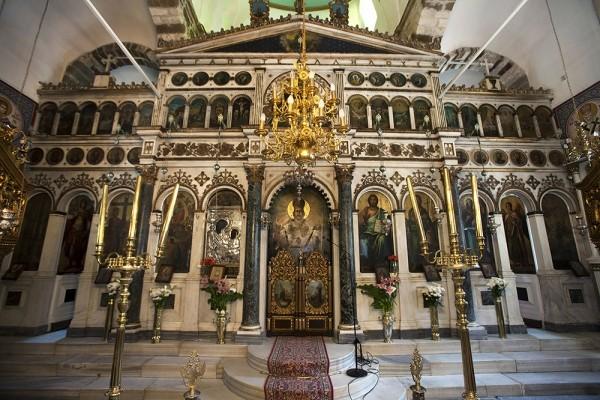 Εσωτερική όψη του ναού της Παναγίας Λιαουτσάνισσας με το μαρμάρινο τέμπλο