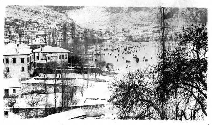 Εκατοντάδες καστοριανοί του Μεσοπολέμου βολτάρουν στην παγωμένη λίμνη. Σε πρώτο πλάνο η νότια παραλία στο Ντολτσό.