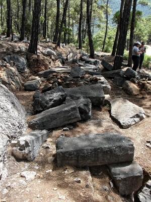 Ταφικά βάθρα στη νεκρόπολη της Κυμισάλας.