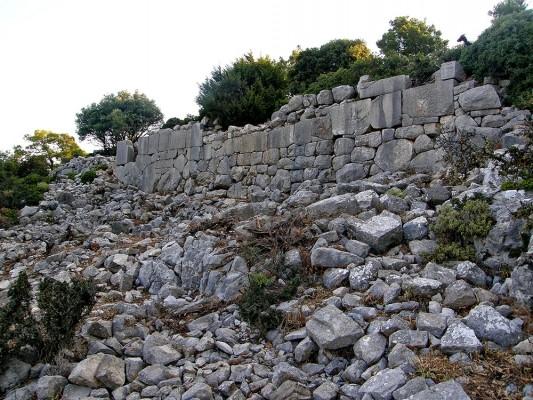 Τμήμα του τείχους της ακρόπολης των Κυμισαλέων.