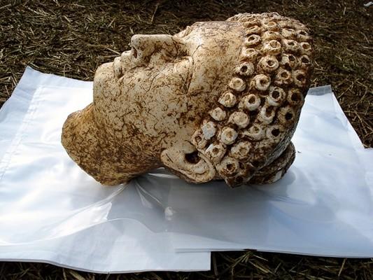 Η κεφαλή του υπερφυσικού αγάλματος της Μικρής Ηρακλειώτισσας