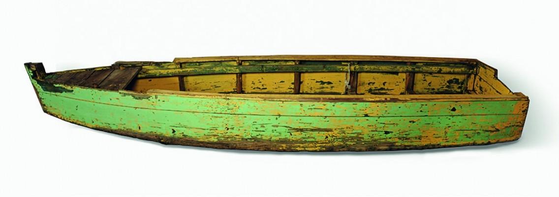 Βάρκα ξύλινη με επίπεδο πυθμένα και ελαφρώς ανασηκωμένη κουπαστή.