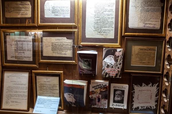 Ειδική αίθουσα με βιβλία και διάφορα άλλα έργα του Λουκά, αρχιεπίσκοπο Συμφερουπόλεως και Κριμαίας (1877 – 1961).