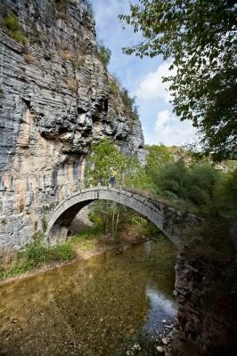 Στο φαράγγι Βικάκι το μικρό, καλοχτισμένο γεφύρι του Κοντοδήμου 1753.