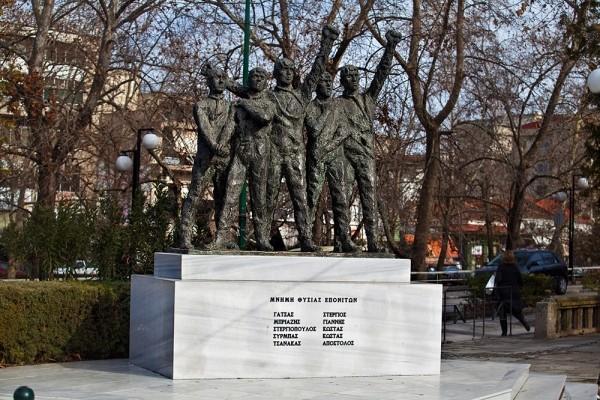 Το μνημείο των αγωνιστών της Εθνικής Αντίστασης, στην πλατεία του Ρήγα Φεραίου