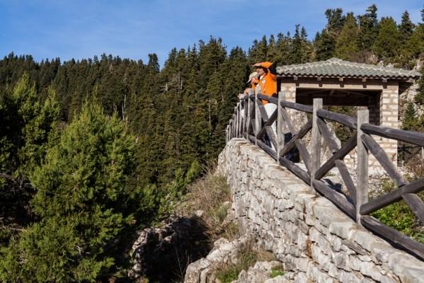 Καλοχτισμένο με πέτρα και ξύλο στα 1.200μ., το Παρατηρητήριο χαρίζει μια εκπληκτική θέα σ' ένα μεγάλο τμήμα της Λίμνης