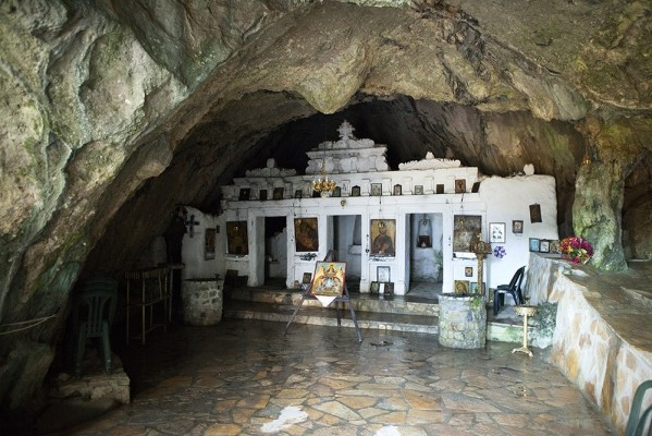 Εσωτερικό του σπηλαιώδους ξωκκλησιού της Ζωοδόχου Πηγής