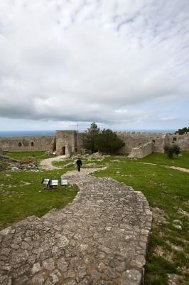 Λιθόστρωτοι διάδρομοι σε όλους τους εσωτερικούς χώρους του κάστρου
