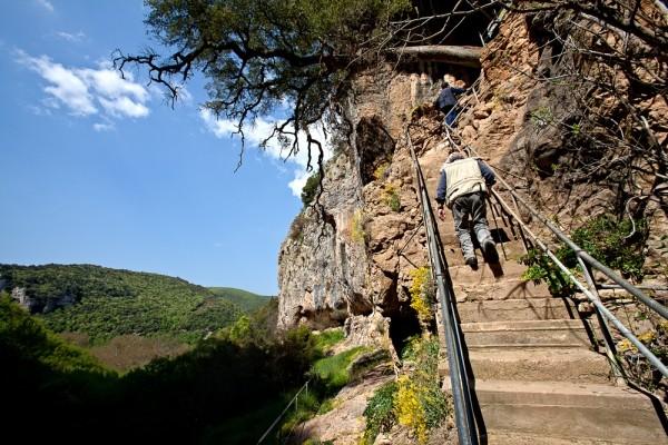 Απότομα τσιμεντένια σκαλοπάτια μας οδηγούν στην είσοδο του σπηλαίου, στα έγκατα του οποίου βρίσκεται ο Βυζαντινός ναΐσκος των Αγίων Θεοδώρων.