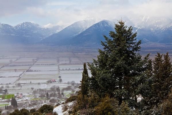 Χιονισμένες εικόνες από τον κάμπο του Φενεού