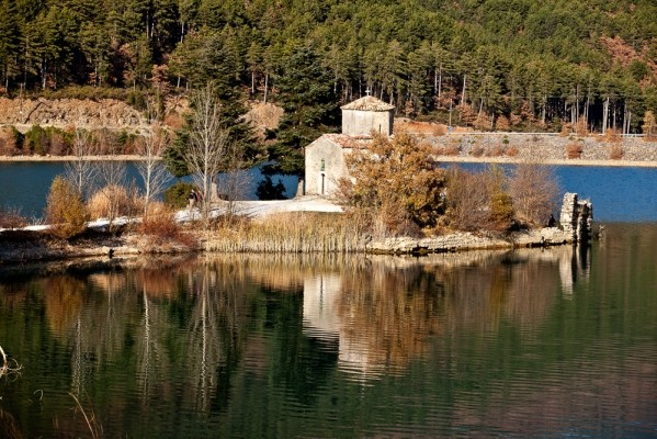 Το γλυκύτατο εκκλησάκι του Παλιομονάστηρου, της πιο εμβληματικής εικόνας της λίμνης Δόξας.