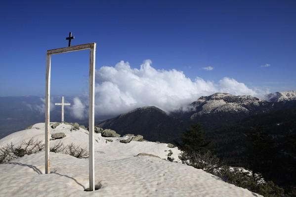 Από τα χιονοσκέπαστα ύψη του Αγίου Παντελεήμονα.