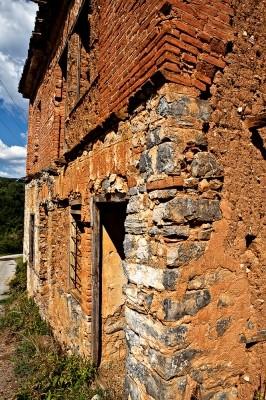 Σπίτι στον Γάβρο. Συνδυασμός μαρμαρόπετρας, τούβλων και πλιθιάς