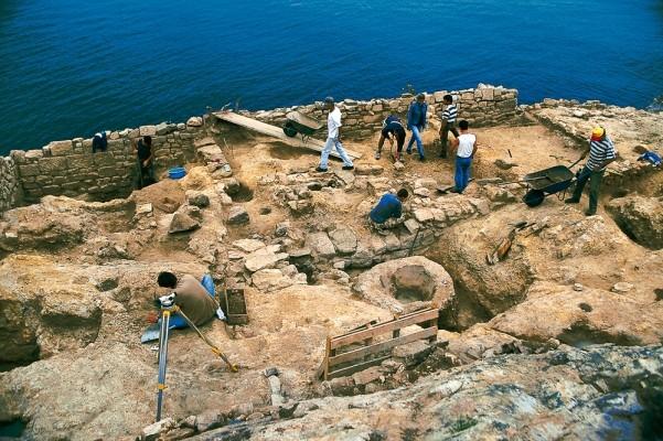 Το ανασκαφικό συνεργείο εν δράσει στην περιοχή των αρχαϊκών Ιερών του Β. λόφου.