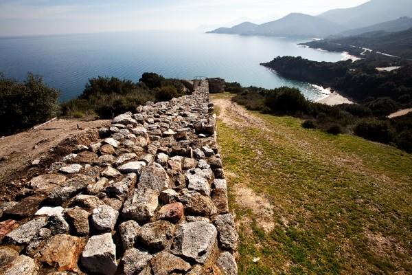 Πανοραμική άποψη από τον μεγάλο κυκλικό πύργο προς τις πανέμορφες παραλίες της Μικρής Αμμούδας και της Βίνας, στα νότια των αρχαίων Σταγείρων.