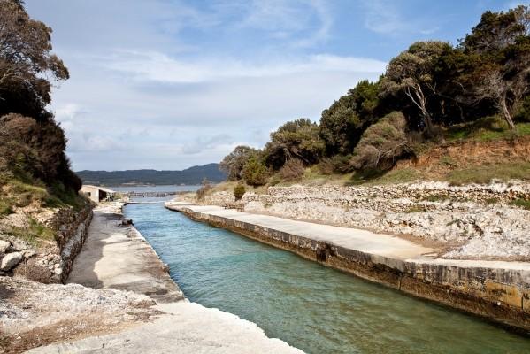 Το τάγιο επιτρέπει να επικοινωνούν τα νερά της θάλασσας και της λίμνης.