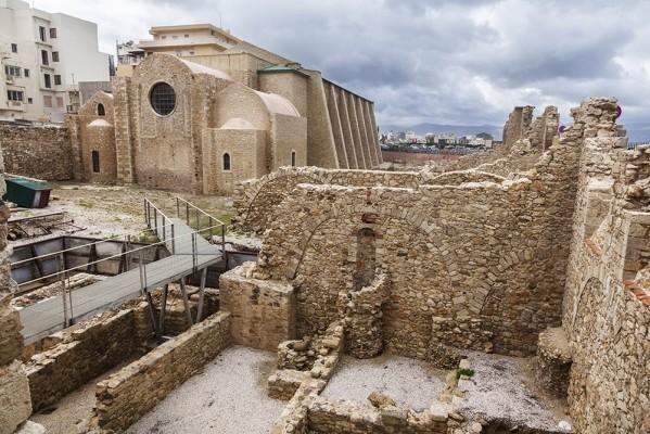 Ο Αγ. Πέτρος και η αποκάλυψη του αρχαίου περιβόλου