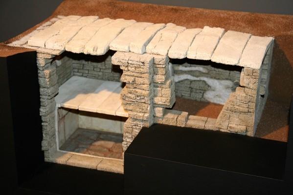 Μακέτα που αποδίδει τον διώροφο θαλαμωτό τάφο, των Αρχαίων Καλινδοίων 4ος αι. π.Χ.