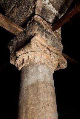 Αρχαίοι κίονες στην Αγία Μαρίνα