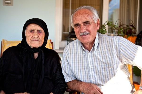 Ο Βασίλης Χρηστίδης, ευτυχισμένος γιος δίπλα στην μητέρα του Θεοδότα, που στα 95 της χρόνια διατηρείται ακμαιότατη.