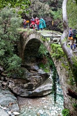 Πάνω από το βουερό Ρέμα της Λαγωνίκας περνάμε το γεροφτιαγμένο Τοξωτό γεφύρι του Διακουμή