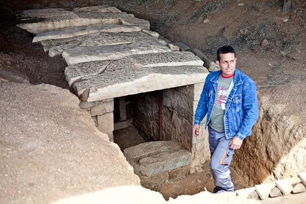 Ο Θαλαμωτός τάφος με τον Γιάννη Γάκη, ο οποίος τον υπέδειξε μετά την σύλησή του
