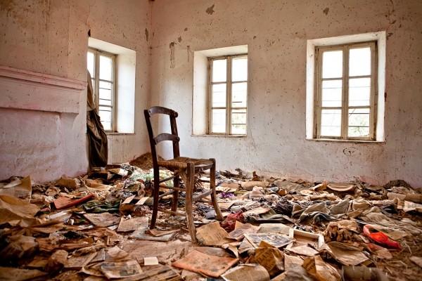 Εσωτερικό εγκαταλειμμένου σπιτιού στον Γάβρο. Μοναδική του επίπλωση μια καρέκλα.
