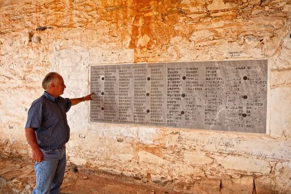 Αριστερά της εισόδου του Αγ. Γεωργίου αναγράφονται τα ονόματα των κατοίκων που ζούσαν πριν από το 1940 στο χωριό.