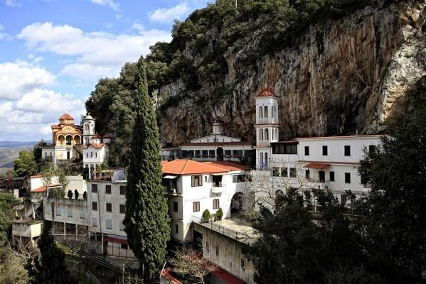 Μονή Αμπελάκη, με τους ναούς της Κοίμησης της Θεοτόκου, Αγίου Νεκταρίου και Αγίου Σάββα.
