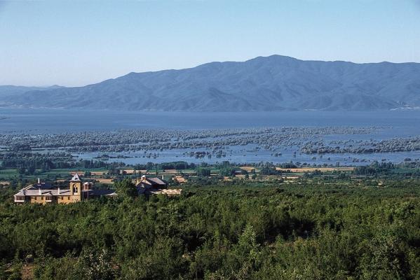 Θέα του βόρειου τμήματος της Λίμνης. Σε πρώτο πλάνο η Ιερά Μονή Τιμίου Προδρόμου