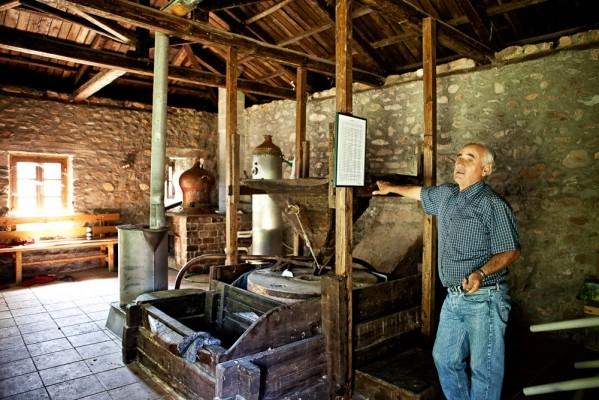 Το εσωτερικό του αναπλασμένου νερόμυλου στον Μαυρόκαμπο, που χρησιμοποιείται και ως παραδοσιακό αποστακτήριο τσίπουρου.