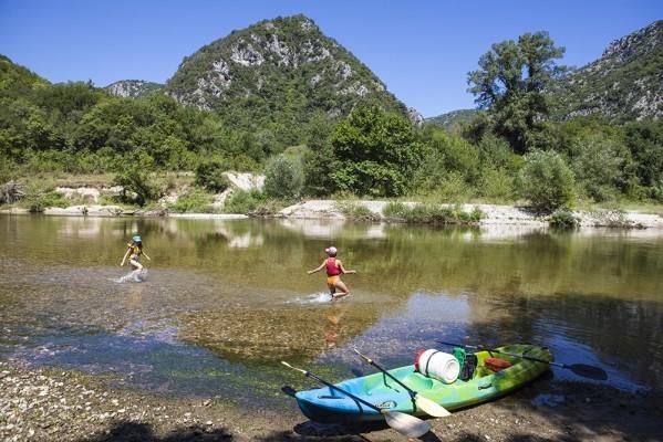 Η Αθηνά και η Δανάη επιχειρούν τα πρώτα τους βήματα μέσα στα πολύ κρύα νερά του Νέστου