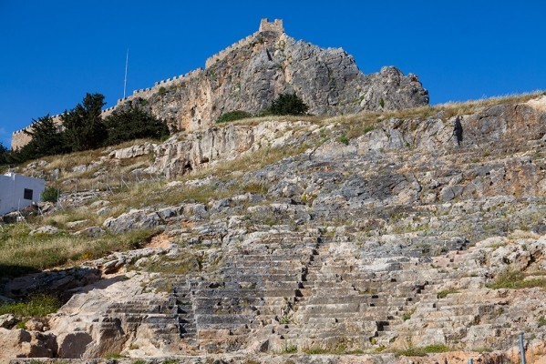 Η Ακρόπολη της Λίνδου πάνω απο το αρχαίο θέατρο