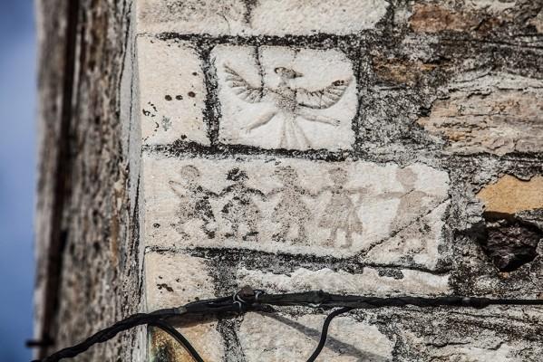 Λιθανάγλυφες παραστάσεις στο καμπαναριό του Αγίου Δημητρίου