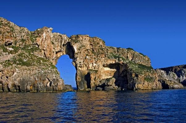 Το εντυπωσιακό άνοιγμα στους βράχους του Τσιχλή-Μπαμπά, του πρόσθεσε το όνομα Τρυπητό.