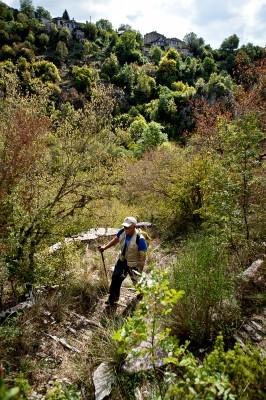 Ανηφορίζοντας την Σκάλα που διασώζεται από τους Κήπους στο Κουκούλι.