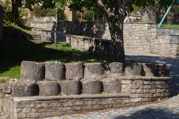 Πέτρινο παγκάκι με τους σπονδύλους των κιόνων της παλιάς εκκλησίας της Παναγίας