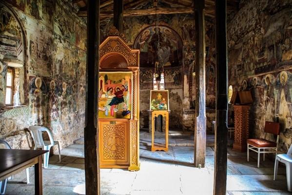 Το εσωτερικό του ναού της Παναγίας.