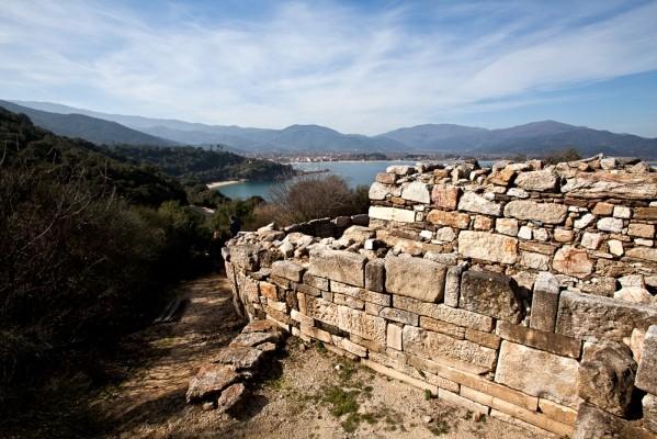 Άποψη από την αρχαϊκή πύλη προς την Ολυμπιάδα.