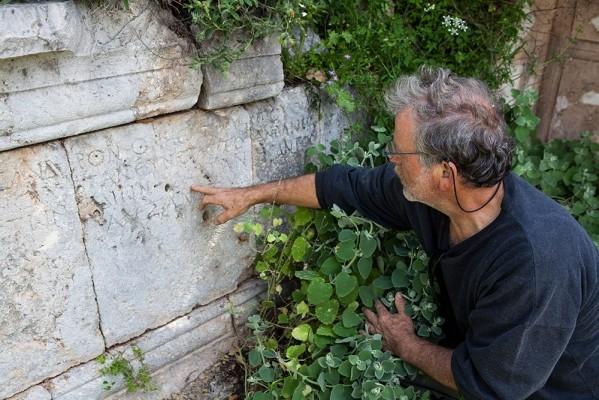 Λαξευμένα γράμματα επιγραφής στην αρχαία Επίδαυρο Λιμηράς