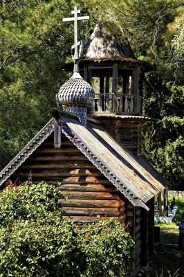 Ξύλινο εκκλησάκι του Αγ. Νικολάου με εμφανείς τις επιδράσεις απο την αρχιτεκτονική της ρώσικης ναοδομίας.