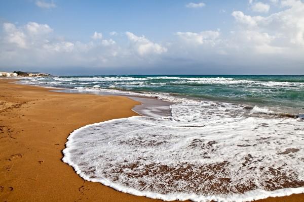 Στην απέραντη αμμουδερή παραλία του Ίσσου