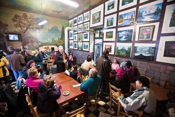 Τελευταίες ευχάριστες ώρες στον Ταρσό. Από το χιόνι και το κρύο στην Παναγία του Βράχου, μεταφερόμαστε στο ζεστό και καλλιτεχνικό περιβάλλον του καφενείου της Βέτας στον Ταρσό.