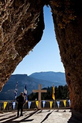 Ο Βασίλης Ταμπουράκης κοιτάζει με δέος το στενό άνοιγμα στην Παναγία του Βράχου.