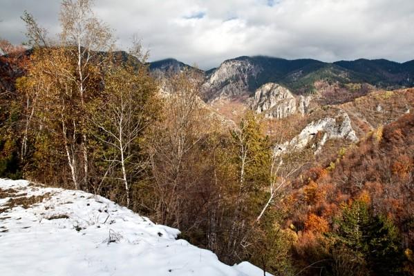 Νοέμβρης του 2009. Το πρώτο χιόνι επισκέπτεται τα λαμπρά χρώματα του Φρακτού.