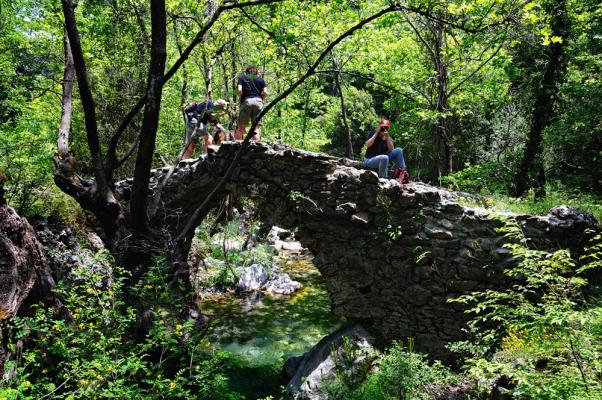Γραφικό πέτρινο γεφυράκι στο ρέμα της Ρασίνας