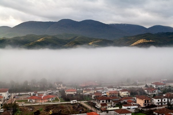 Νωρίς το πρωί προβάλλει κάτω από παχειά ομίχλη το Παρανέστι.