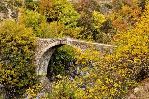 Μικρό, καλοφτιαγμένο πέτρινο γεφύρι στο Αρκουδόρεμα.