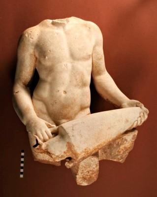 Μαρμάρινο ακέφαλο άγαλμα νεαρού οινοχόου του 1ου μεταχριστιανικού αιώνα, που βρέθηκε το 2007 στον χώρο Ζ του συγκροτήματος του Σεβαστείου.