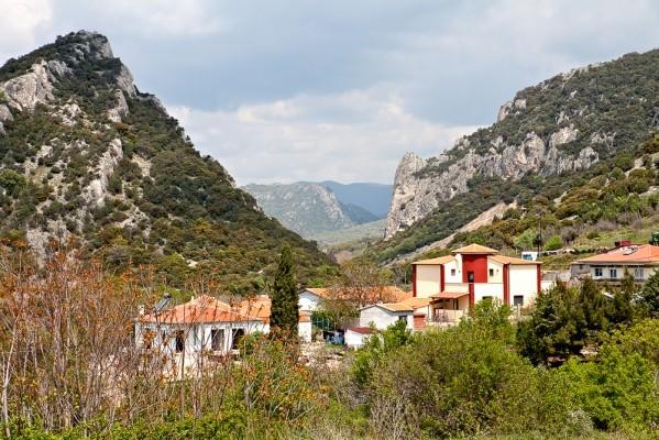 Ο οικισμός του Άβαντα και ΒΔ το εντυπωσιακό φαράγγι δερβένι κάτω από το Κάστρο.